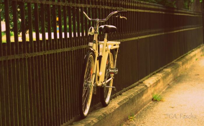 Sepeda deket pemakaman