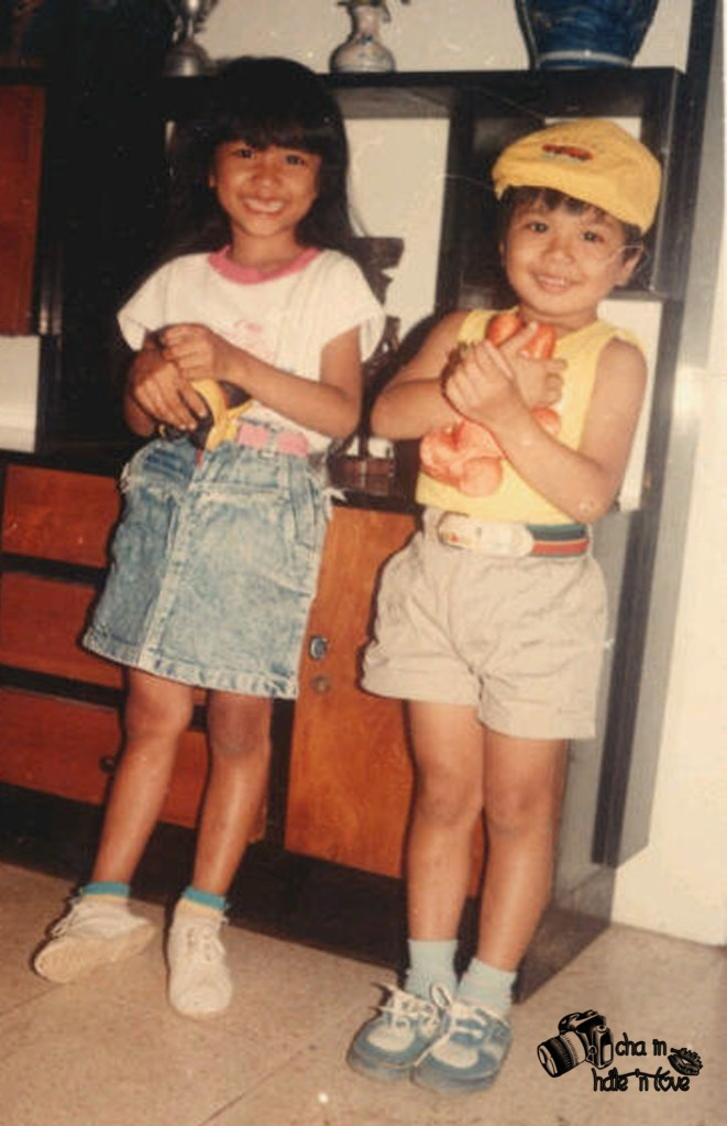 usiaku saat itu 5-6 tahunan gitu deh, di samping itu sepupuku, kami imut- imut kan yah?