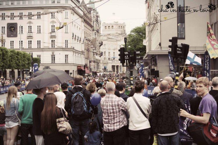 Penonton memblokir jalanan