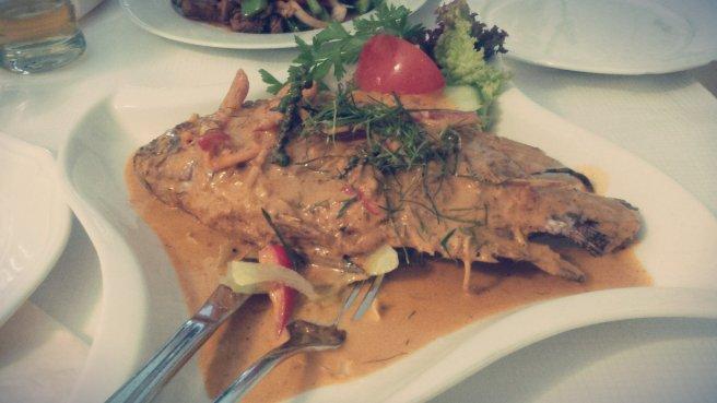 Main Course Cha Ikan Tilapia Goreng saus kari merah dengan jeruk nipis