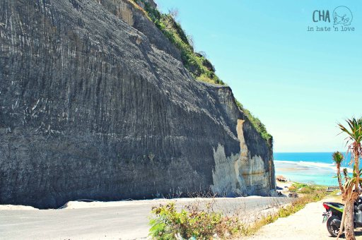 Tebing hitam khas Pantai Pandawa