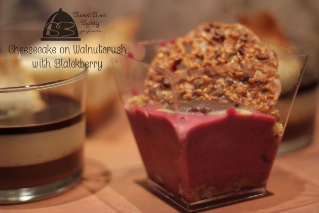 Blackberry Cheesecake on Walnutcrush yang gak rapi tapi tetep enak